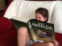Frida leyendo Mafalda